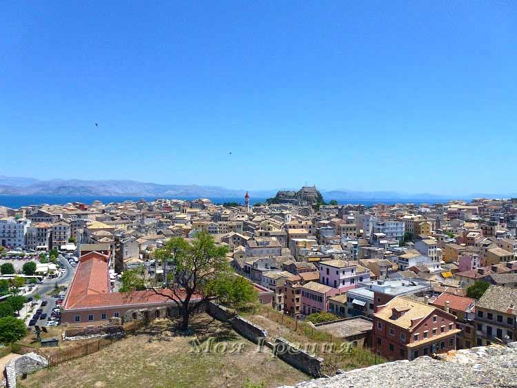 Керкира: вид на город, старую крепость и церковь Св. Спиридона