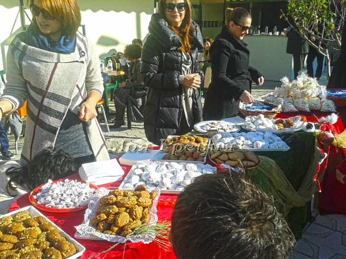 Греческие курабье и меломакарона на деревенском празднике