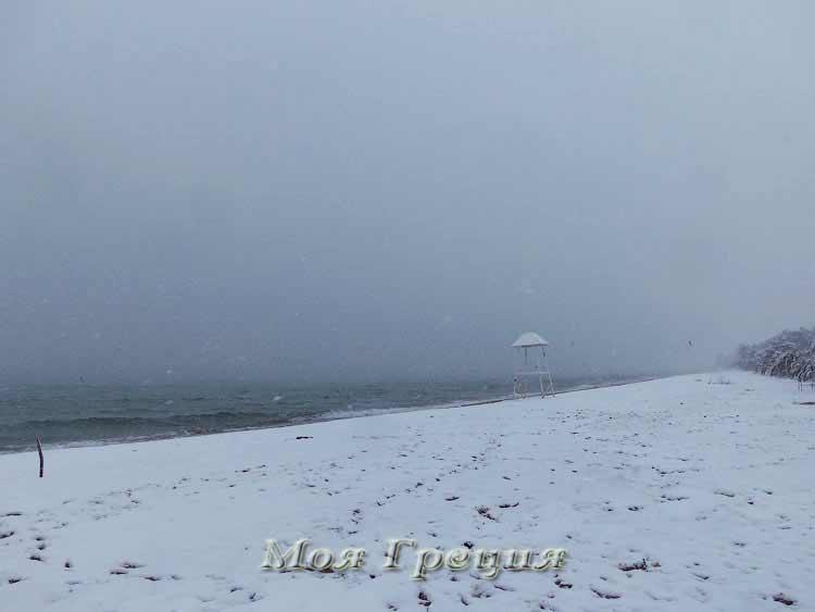 Пляж в Неа Муданья под снегом