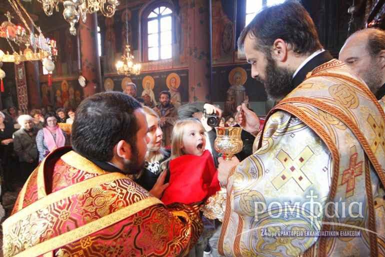 Патер Георгий причащает жену и дочь