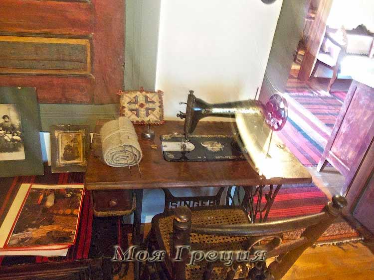 Швейная машинка у дверей