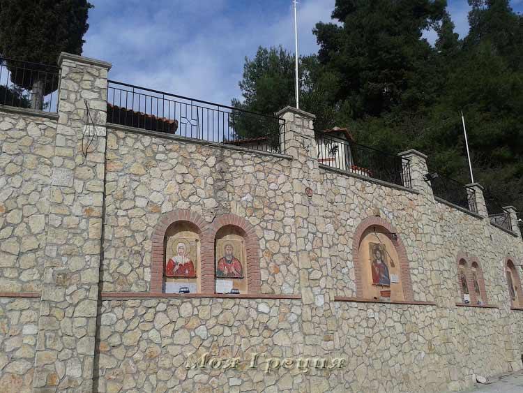 Стена у храма Св. Параскевы