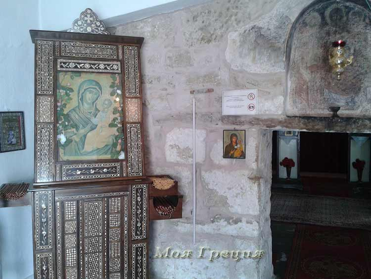 Икона Богоматери у входа