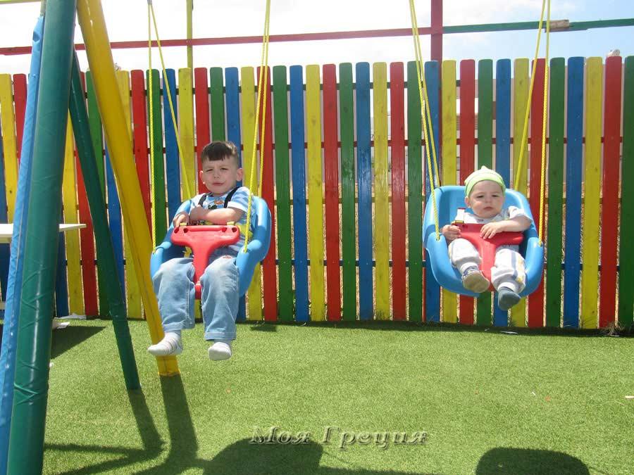 Детские площадки у таверн на Крите