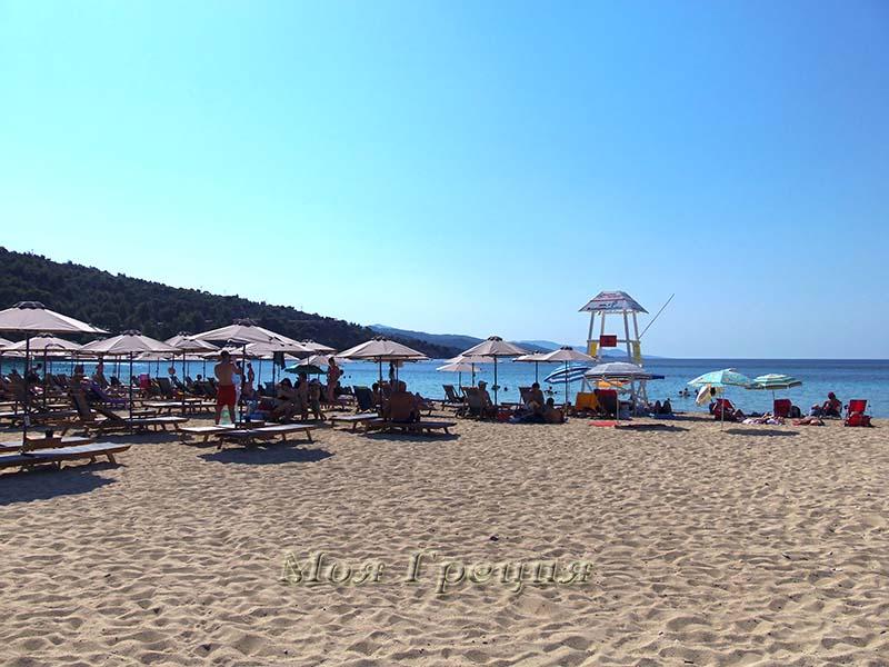 Пляж Ай-Яннис, лежаки местного бич-бара