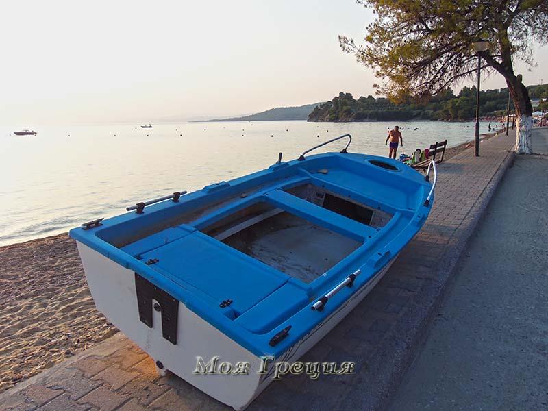 Лодка прямо на набережной