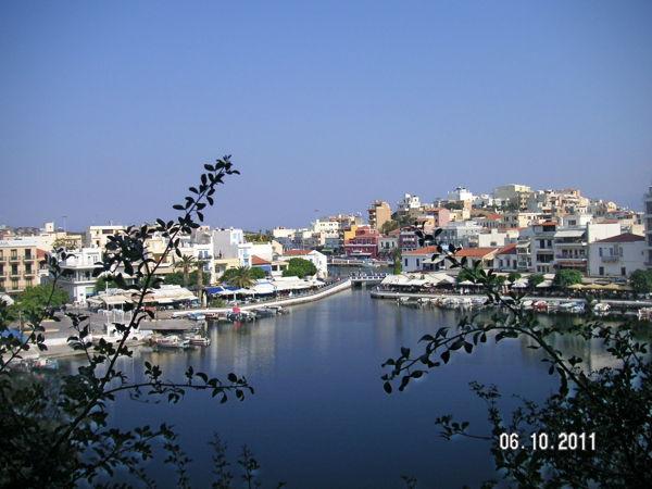Вид с холма на озеро и прибрежную часть города