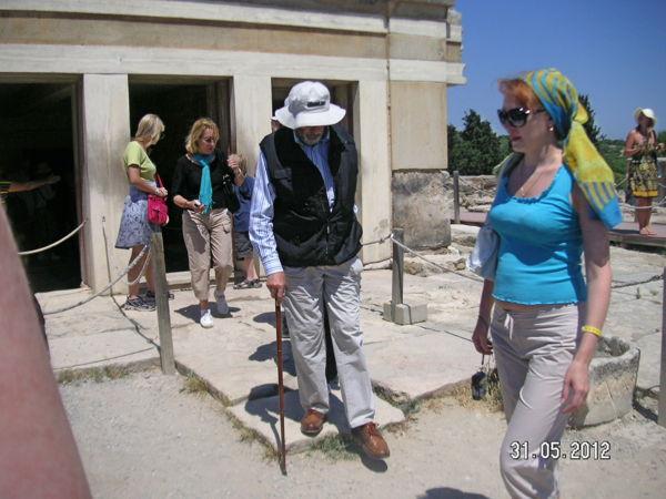 Дедушка-турист в Кносском дворце