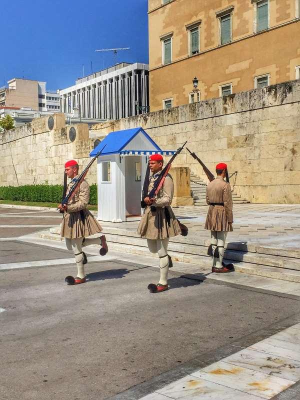 Греческие эвзоны у здания Парламента