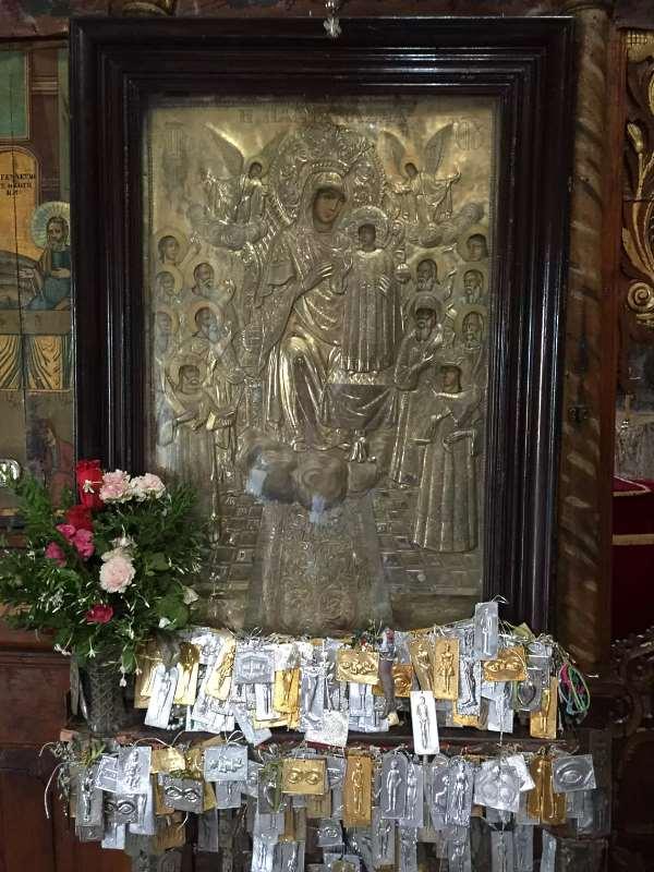 Приношения верующих чудотворной иконе