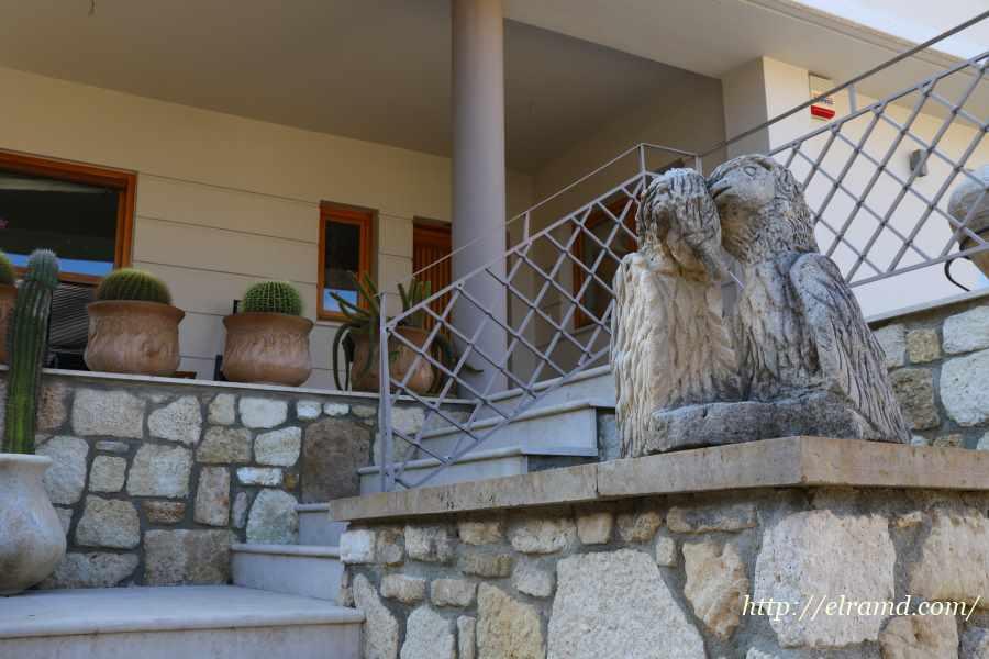 Скульптура у дома в Афитосе