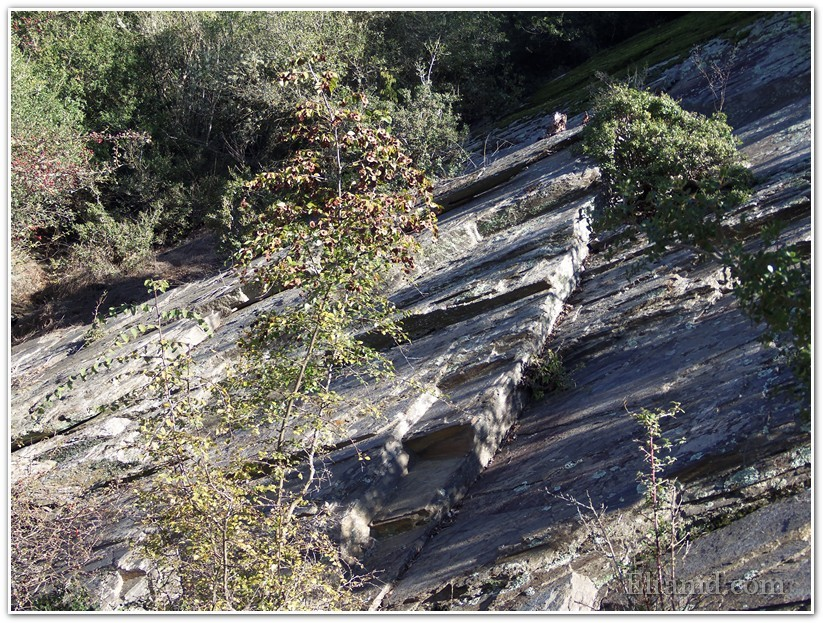 Необычные слоистые скалы
