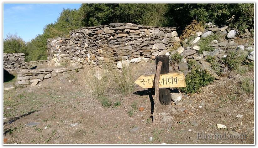 Указатель к руинам первой маленькой церкви
