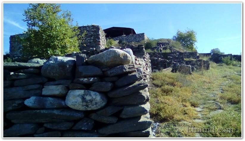 Мощные стены крепости