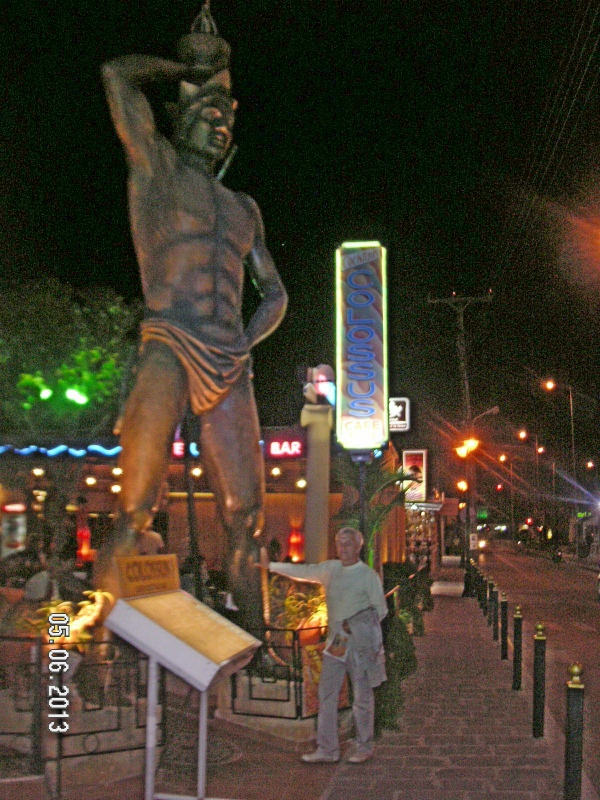 Статуя Колосса Родосского на улице Фалираки