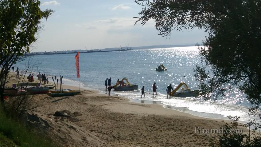Туристы катаются на водных велосипедах