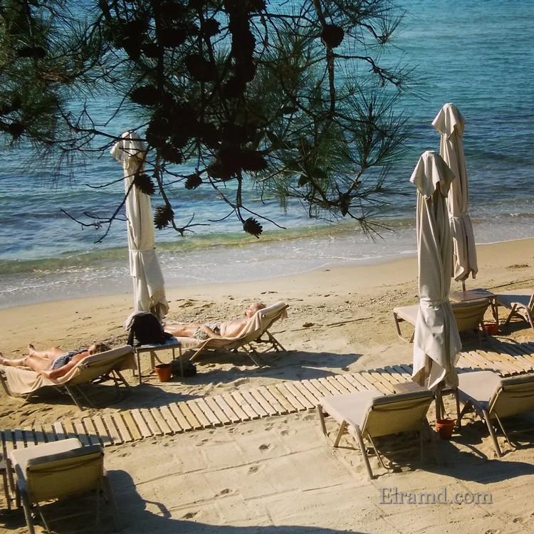 Загорающие на пляэже Икос Океания