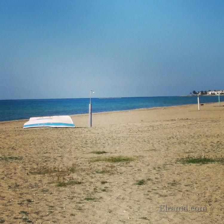 Лодка на пляже Паралии Дионисиу