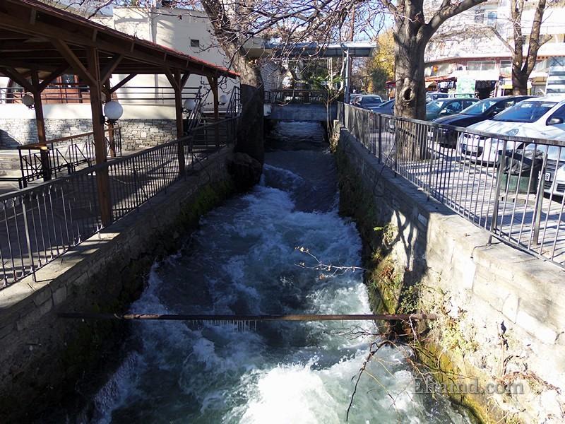 Вода с бешеной скоростью бежит по каналу