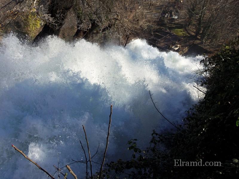 Поток Двойного водопада чуть ниже разделяется скалой надвое