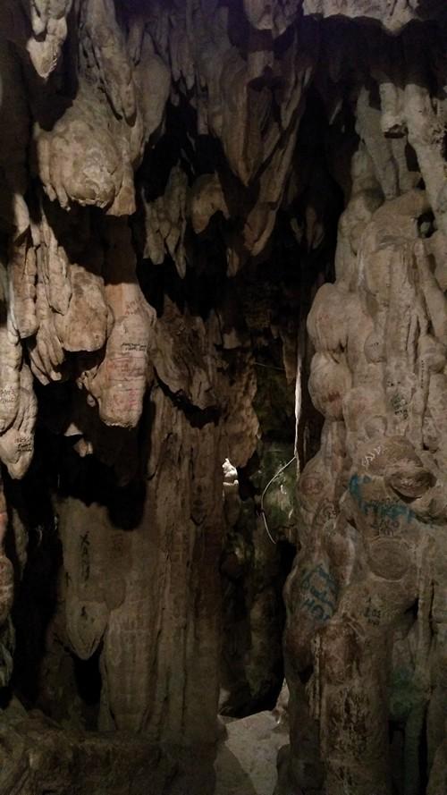 Исписанные сталактиты в зале Замерзший водопад