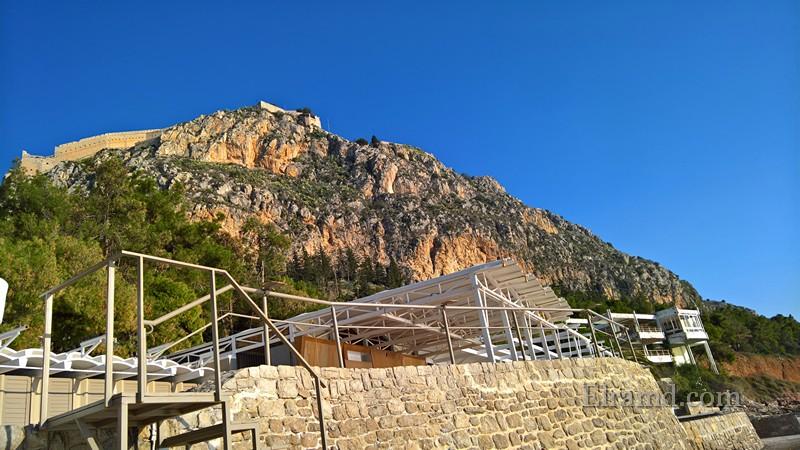Вид на верхнюю крепость Паламиди со стороны пляжа