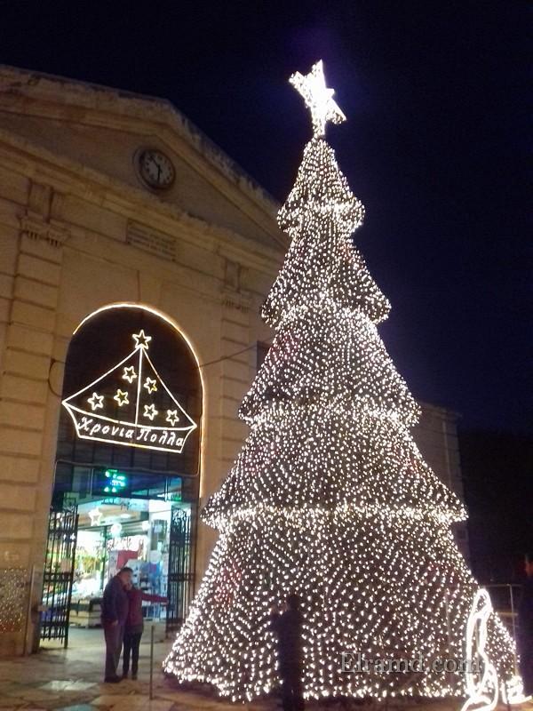 Рождественская елка в Ханья вечером