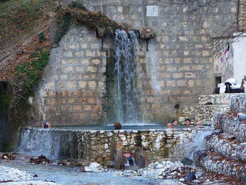 Бассейн рядом с водопадом