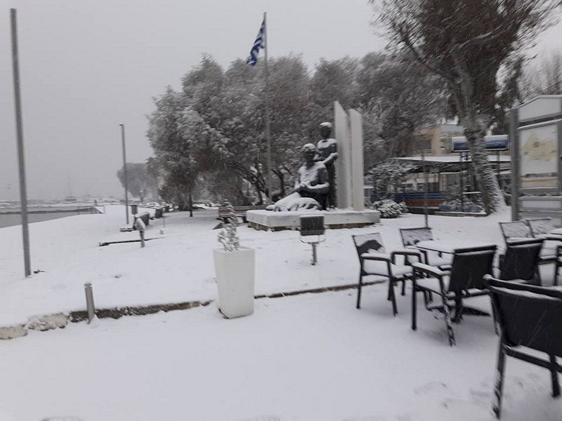 Памятник на набережной в снегу