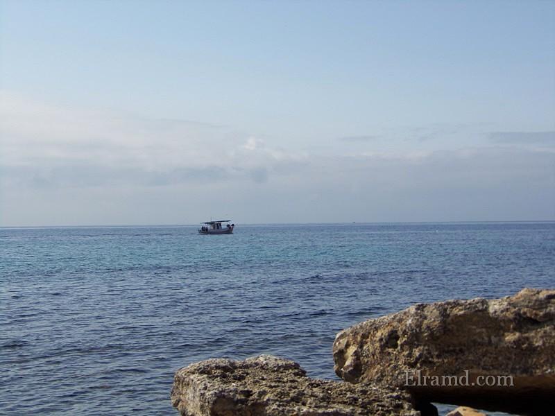 Рыбачья лодка идет в Скиони