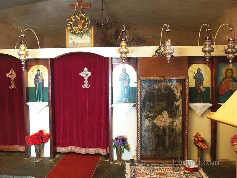 Справа - та самая икона Богоматери на камне