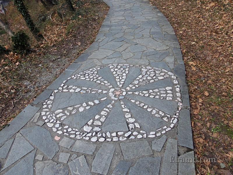 Дорожка вымощена каменными плитами