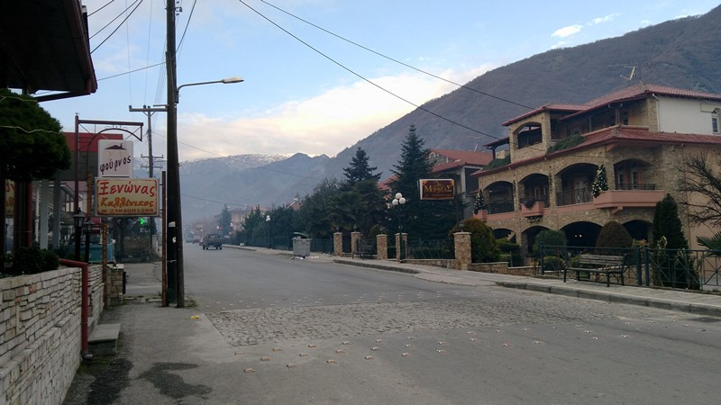 Отели стоят вдоль дороги