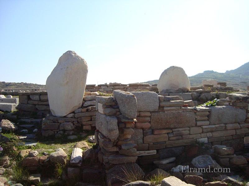Фрагменты статуи Аполлона в руинах храма Артемиды