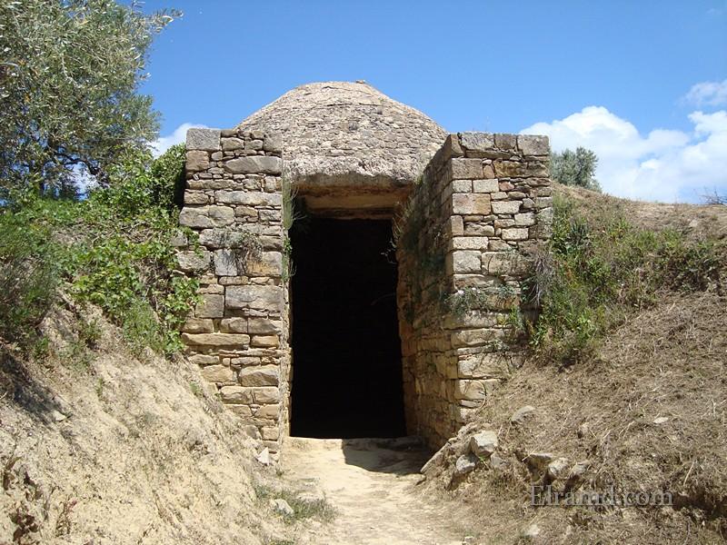 Купольная гробница недалеко от дворца
