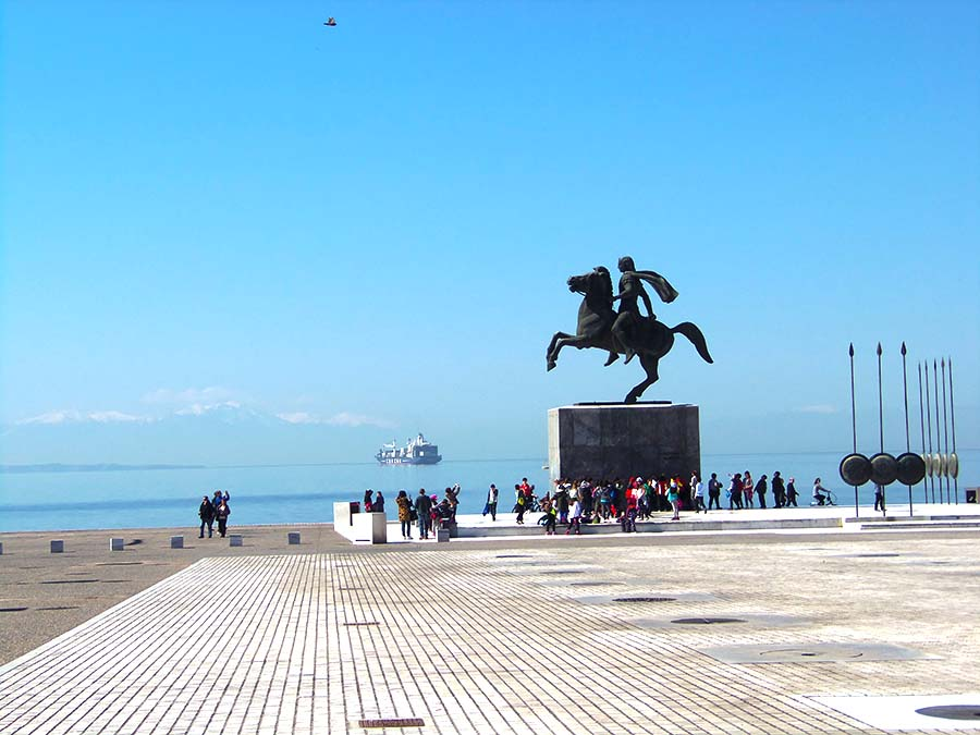 У памятника Александру Великому