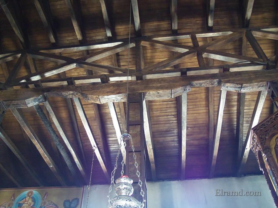 Деревянный потолок храма