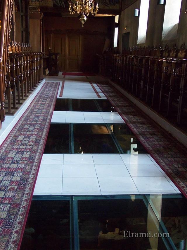 Стеклянные вставки в полу храма