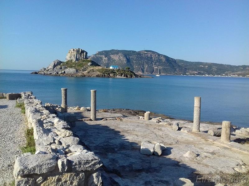 Пляж св. Стефаноса: живописная часовня и развалины античного города