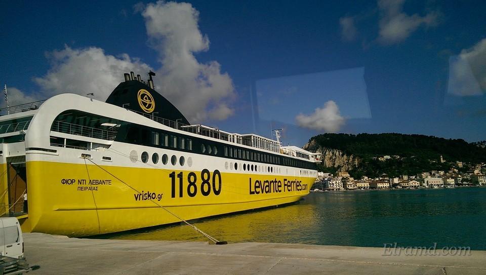 Корабль в порту столицы острова