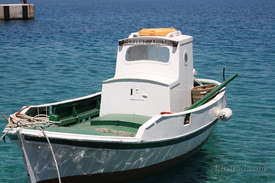 Рыбачья лодка в тихой гавани