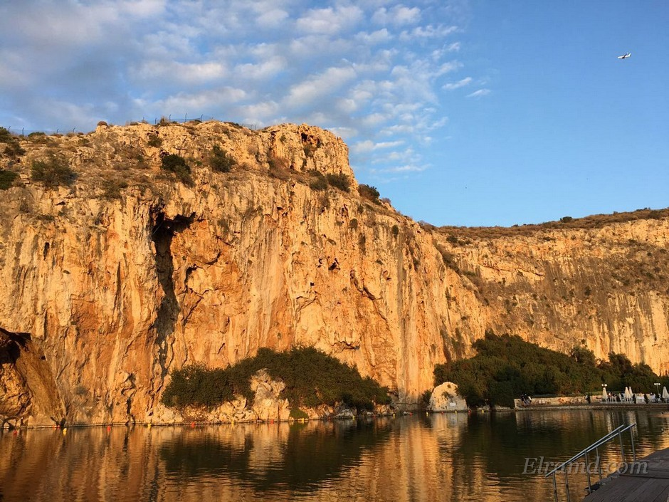 Озеро Вульягмени среди скал