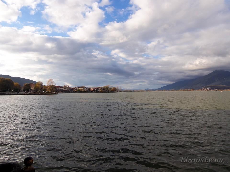 Озеро под осенним небом