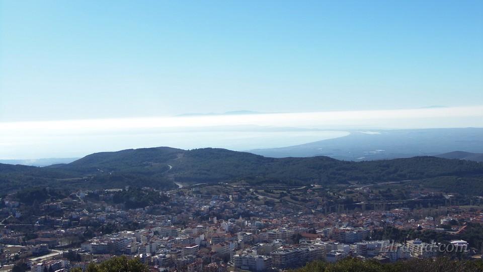 Справа на горизонте виден изгиб полуострова Кассандра