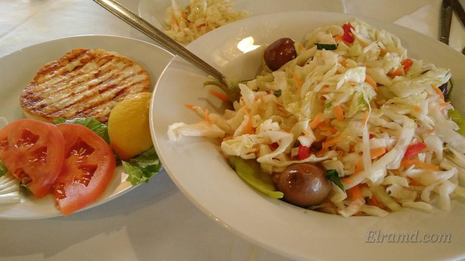 Салат пикантный и жареный сыр