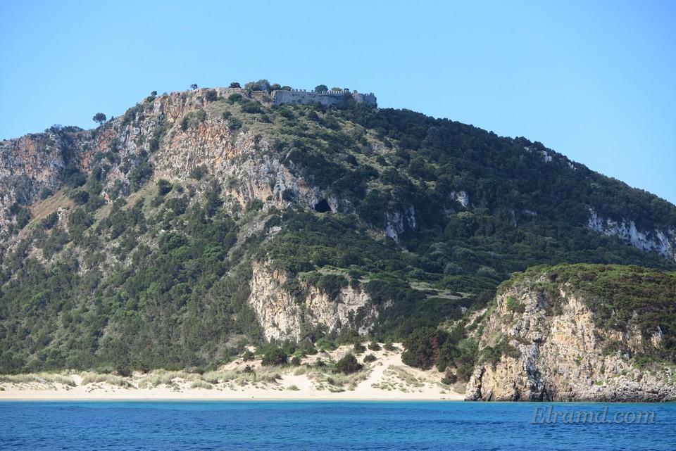 На горе видна старая крепость крестоносцев