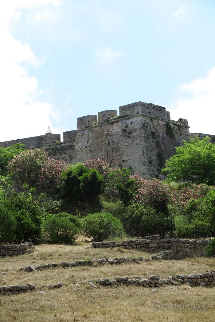 В южном углу крепостных стен возвышается хорошо сохранившаяся цитадель.