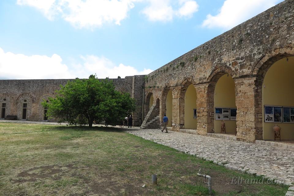 Служившие некогда складами и казармами помещения при стенах цитадели превращены в маленькие выставки