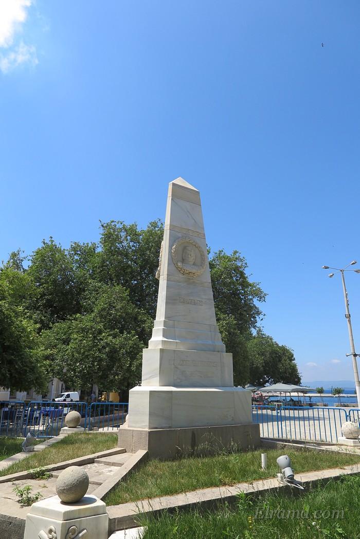 Памятник трем адмиралам, Пилос
