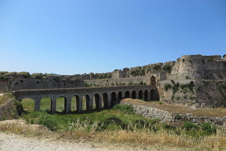 Мост через ров при входных воротах крепости Метони.